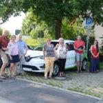 Gruppenfoto mit Auto